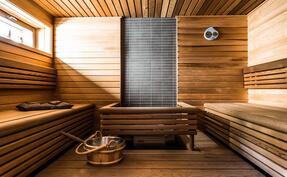 sekä todella tilava, Tuijasta tehty sauna, joka on todella kaunis.