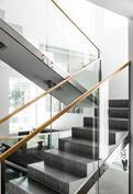 Yläkertaan johdattavat kauniit ja valoisat portaat..