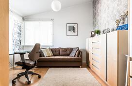 Myös yläkerran neljäs makuuhuone on tilava ja valoisa..
