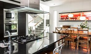 Keittiössä upeat mustat kivitasot, sekä todella laadukkaat kodinkoneet vaativammallekin ruoanlaittajalle..