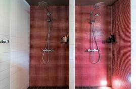 Kylpyhuoneesta löytyy poreammeen lisäksi kaksi suihkutilaa..