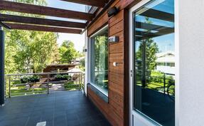 Kodissa on kolme laatoitettua ja katettua terassia/parveketta, kaikista avautuu kaunis näkymä kodin sisäpihalle..
