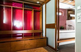 Saunaosastolle mentäessä vastassa on tyylikäs erillinen pukeutumistila..