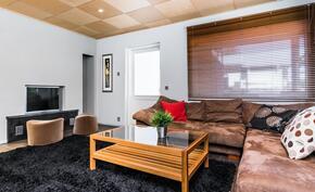 Takkahuoneessa on myös hissiluukulla toimiva tyylikäs takka, sekä käynti kodin sisäpihalle..