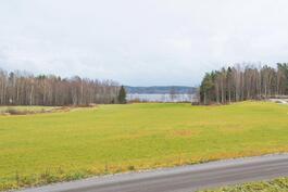 Talolta järvi- ja peltonäkymät