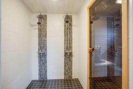 Kaksi suihkua kauniis kylpyhuoneessa