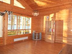 Olohuoneen isoista ikkunoista avautuu kaunis näkymä järvelle... tauluja ei tarvita
