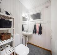Kuvasta poiketen wc:n vaalean harmaa on vaihdettu uuteen tummanharmaaseen laattaan.