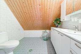 yläkerran kylpyhuone
