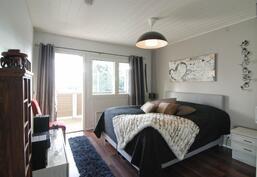Yläkerran makuuhuone parvekkeella