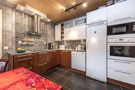 Kaunis remontoitu keittiö