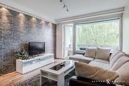 Moderni olo ja iso olohuone, josta käynti parvekkeelle