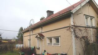 Asuinrakennuksen julkisivu sisäpihan puolelta.