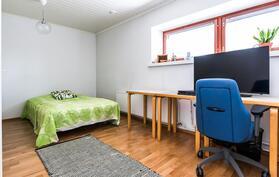 Makuuhuone, jossa seinällinen kiintokaapistoja