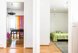 Kaksi isoa makuuhuonetta huoneiston päädyssä