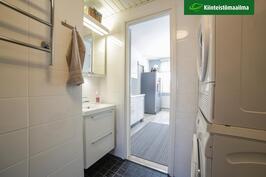 Kylpyhuone on läpikuljettava