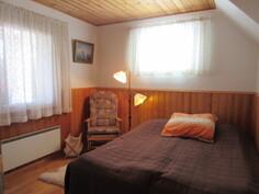 Kuvassa alakerran toinen makuuhuone ja makuuhuoneissa on myös hyvin kaapistoja!