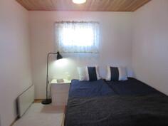 Kuvassa alakerran ensimmäinen makuuhuone ja talossa sekä rantamökissä lattialämmitys!