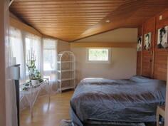 Talossa yht. 5 makuuhuonetta, joista 3 on yläkerrassa ja kuvassa yläkerran komea erkkerimh!
