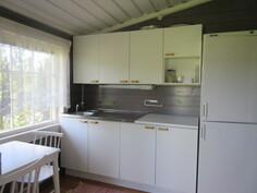 Kuvassa rantasaunamökin asiallinen keittiö, ...