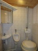 ... rantasaunamökin laatoitetut wc-tilat, joissa hyvä varustelu mm. Husqvarna-sähkö-wc!