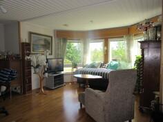 Talossa tuulettuva rossipohjalattiat, kuvaa alakerran olohuoneesta, jossa myös var. takka!