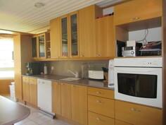 ... keraamisin sähköliesitasoin sekä talon keittiössä myös Mavin laatukalusteet ja ...