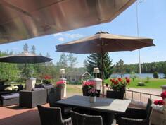Erkkeritalon edustalla etelänp. osin myös katettu komea n. 50 m2 terassi järvinäkymällä!