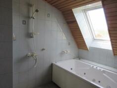... talon yläkerran kauniissa kylpyhuonetiloissa myös poreamme!