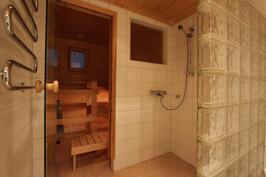 Alakerran kylpyhuone ja sauna