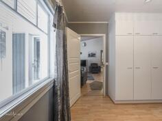 Makuuhuoneesta kulku pesutiloihin (11,9 m2)