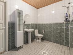Tilavaan pesuhuoneeseen käynti kodinhoitohuoneen ja ja makuuhuoneen kautta.