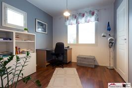 Alakerran makuuhuone, jonka yhteydessä myös vaatehuone