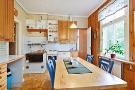 Keittiöön mahtuu isompikin ruokapöytä/ I köket ryms också ett större matbord.