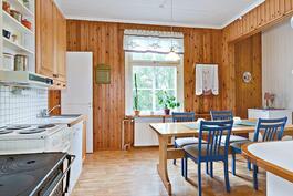 Keittiössä toimiva puuliesi./ Fungerande vedspis i köket.