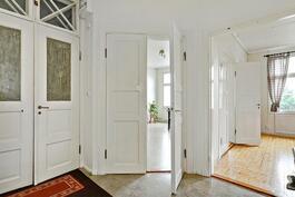 Tilava eteinen, kauniita vanhoja ovia/ Rymlig hall + fina, gamla dörrar.