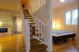 Keittiö, yläkerran portaat, makuuhuone.