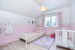 Yläkerran kolmas makuuhuone on myös suuri.