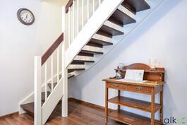 Kaunis portaikko johdattaa yläkertaan