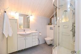 Yläkerran tilava kylpuhuone