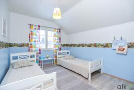 Yläkerran toinen huone toimii lasten makuuhuoneena