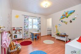 Toinen alakerran huoneista toimii lasten leikkimis tilana