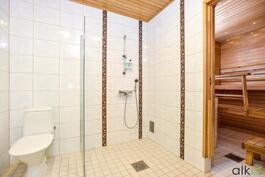 WC suihkutilojen yhteydessä