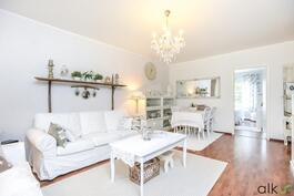 Olohuone on helppo sisustaa oman tyylin mukaan vaaleiden pintojen ansiosta.