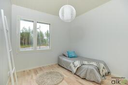 Makuuhuoneet ovat tilavia ja valoisia