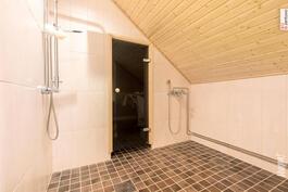 Kylpyhuoneessa ammevaraus oikealla
