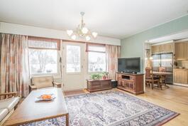 Iso olohuone keittiön yhteydessä