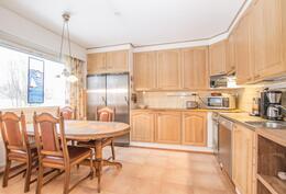 Avara keittiö, jossa iso ruokailupöytä