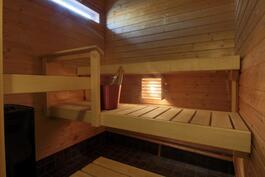 Sauna yläkerrassa, ikkunallinen.
