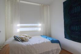 Makuuhuone, parvekkeellisen makuuhuoneen vasemmalla puolella.